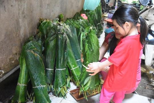 Làng bánh chưng mỗi ngày xuất hàng chục tấn ở Đồng Nai - Ảnh 6.