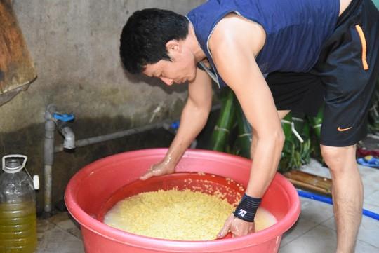 Làng bánh chưng mỗi ngày xuất hàng chục tấn ở Đồng Nai - Ảnh 7.