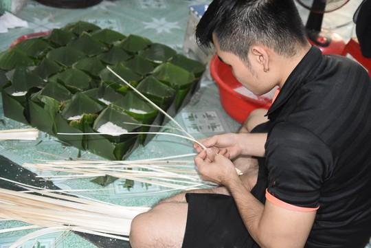 Làng bánh chưng mỗi ngày xuất hàng chục tấn ở Đồng Nai - Ảnh 9.