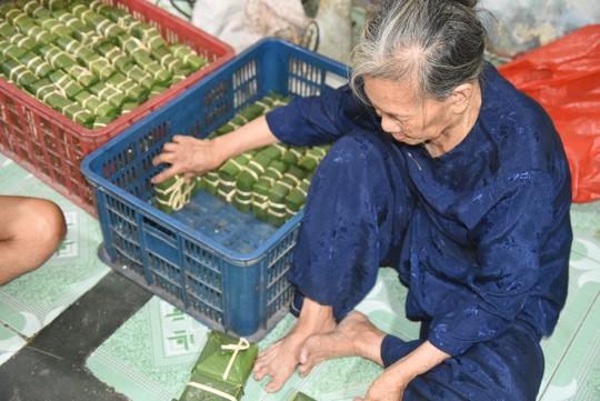 Làng bánh chưng mỗi ngày xuất hàng chục tấn ở Đồng Nai - Ảnh 1.