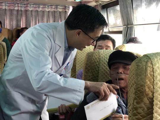 Bệnh nhân và bác sĩ song ca trước khi lên chuyến xe yêu thương về ăn Tết - Ảnh 23.