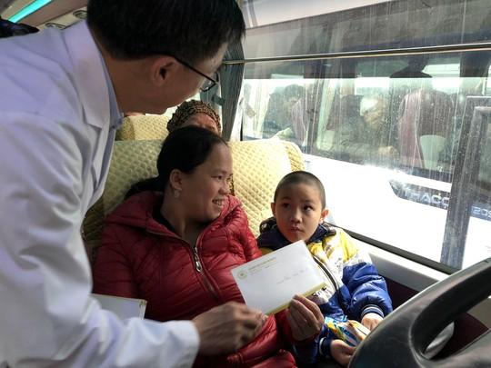 Bệnh nhân và bác sĩ song ca trước khi lên chuyến xe yêu thương về ăn Tết - Ảnh 25.