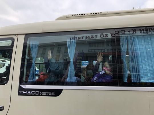 Bệnh nhân và bác sĩ song ca trước khi lên chuyến xe yêu thương về ăn Tết - Ảnh 31.