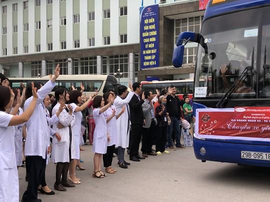 Bệnh nhân và bác sĩ song ca trước khi lên chuyến xe yêu thương về ăn Tết - Ảnh 33.