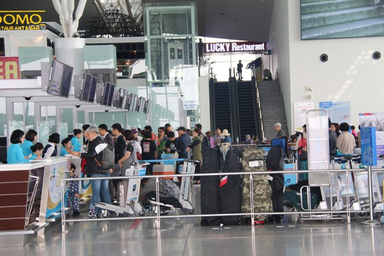 Sân bay Nội Bài tiếp tục hạn chế người nhà đưa tiễn - Ảnh 1.
