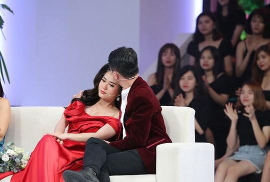 Lâm Vỹ Dạ khóc nức nở trên truyền hình khi chồng xin lỗi - Ảnh 1.