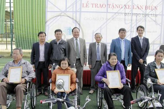 ĐH Duy Tân chế tạo xe lăn điện cho người khuyết tật Đà Nẵng - Ảnh 1.