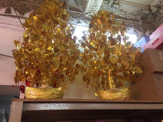 Tràn ngập hoa giả trang trí Tết giá bạc triệu - Ảnh 5.