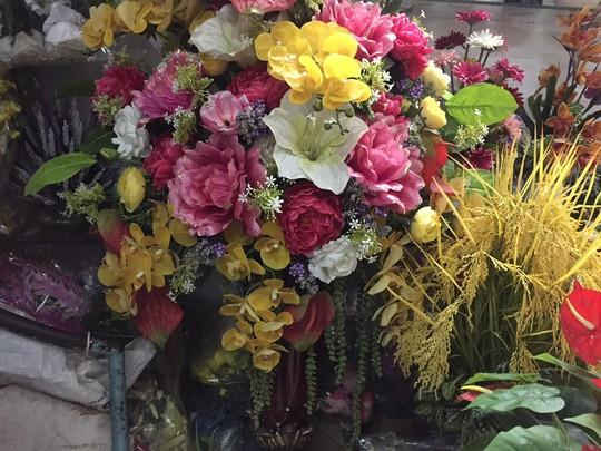 Tràn ngập hoa giả trang trí Tết giá bạc triệu - Ảnh 1.