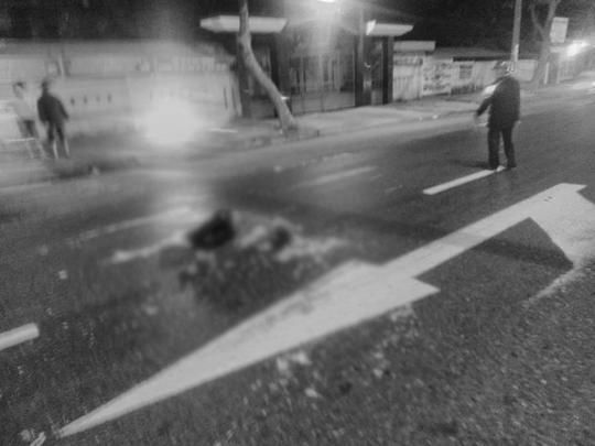 Va chạm với xe đầu kéo, một nam thanh niên chết thảm - Ảnh 1.