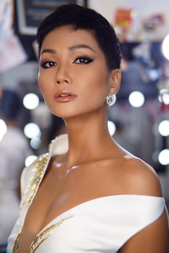 """H'Hen Niê: Thế giới trầm trồ về """"nàng Cinderella của Việt Nam - Ảnh 6."""