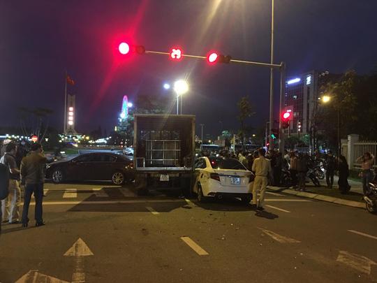 Xe tải tông văng 2 xe ô tô và 1 xe máy đang dừng đèn đỏ - Ảnh 3.