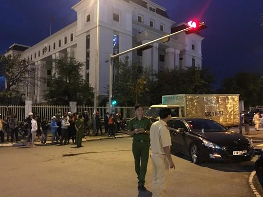 Xe tải tông văng 2 xe ô tô và 1 xe máy đang dừng đèn đỏ - Ảnh 2.