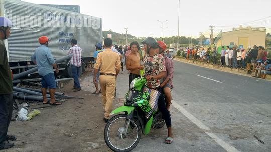 Xe tải từ Cần Thơ ra đảo Phú Quốc cán chết 2 người đi xe máy - Ảnh 1.