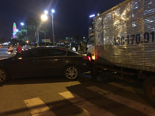 Xe tải tông văng 2 xe ô tô và 1 xe máy đang dừng đèn đỏ - Ảnh 4.
