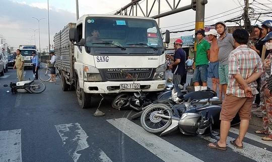 Chở quá tải gần 100%, xe tải tông xe máy la liệt trên Quốc lộ 1 - Ảnh 1.