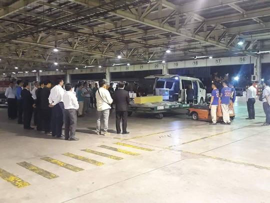 Chuyến bay đưa thi thể 3 du khách tử vong ở Ai Cập về đến TP HCM - Ảnh 1.
