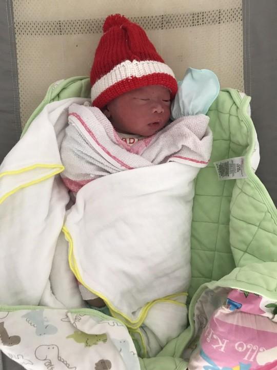 Phát hiện một trẻ sơ sinh bị bỏ rơi cạnh quán nhậu - Ảnh 1.