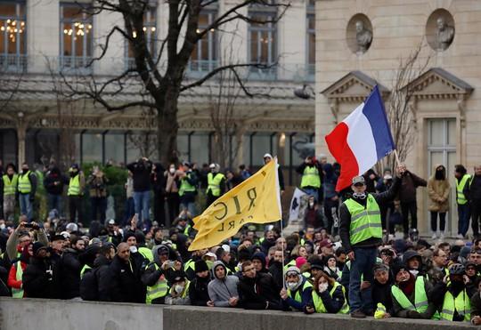Biểu tình áo ghi-lê vàng nổi lửa bạo lực, đòi Tổng thống Pháp từ chức - Ảnh 3.