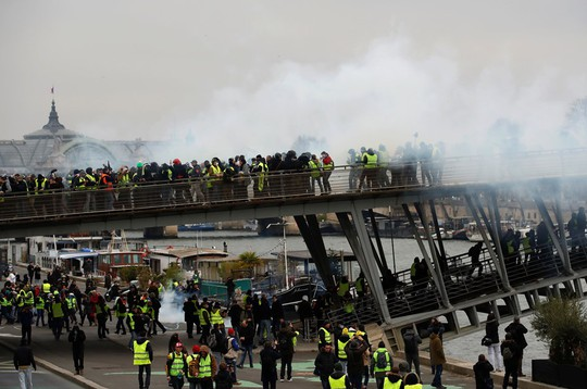 Biểu tình áo ghi-lê vàng nổi lửa bạo lực, đòi Tổng thống Pháp từ chức - Ảnh 4.