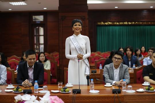 Hoa hậu H'Hen Niê về quê với nhiều dự án thiện nguyện - Ảnh 2.