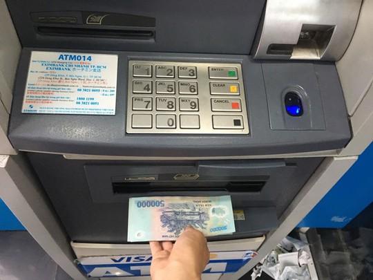 Ngân hàng phải cảnh báo thủ đoạn trộm tiền từ ATM - Ảnh 1.