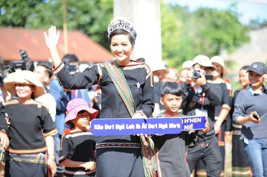 Những hình ảnh chân chất của Hoa hậu H'Hen Niê khi trải lòng với buôn làng - Ảnh 1.