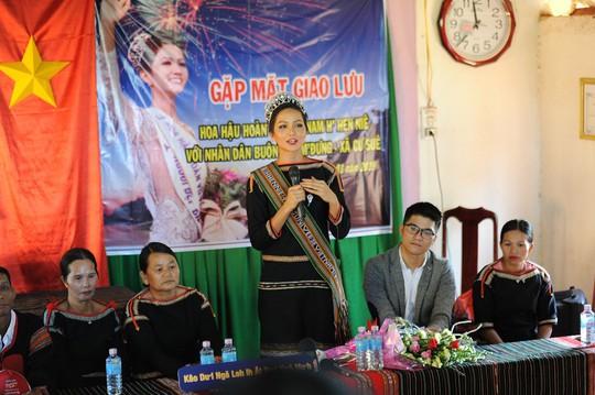 Những hình ảnh chân chất của Hoa hậu H'Hen Niê khi trải lòng với buôn làng - Ảnh 2.