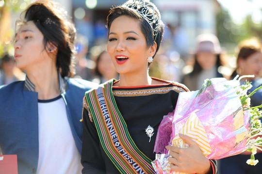 Những hình ảnh chân chất của Hoa hậu H'Hen Niê khi trải lòng với buôn làng - Ảnh 9.