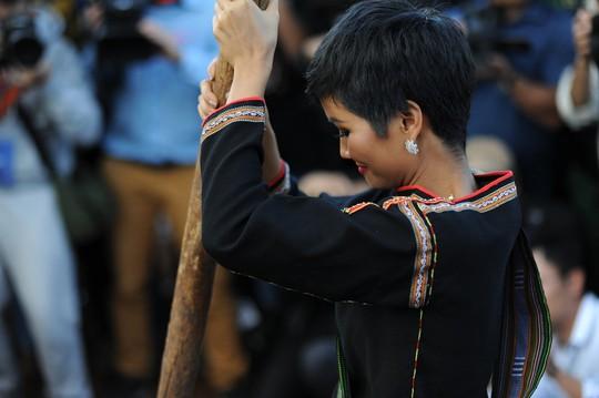 Những hình ảnh chân chất của Hoa hậu H'Hen Niê khi trải lòng với buôn làng - Ảnh 6.