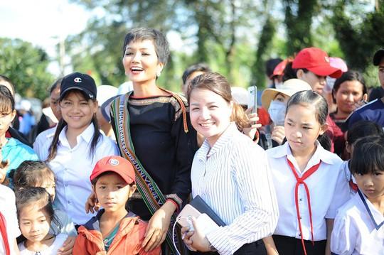 Những hình ảnh chân chất của Hoa hậu H'Hen Niê khi trải lòng với buôn làng - Ảnh 3.