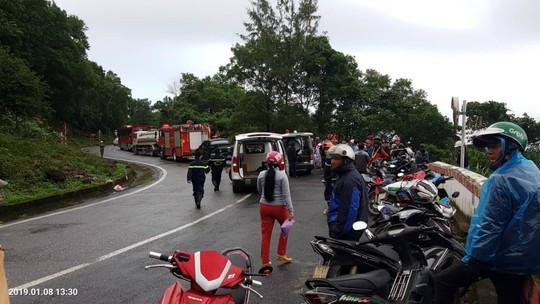 Xe khách rơi xuống vực đèo Hải Vân, hơn 20 giáo viên và sinh viên bị thương - Ảnh 2.