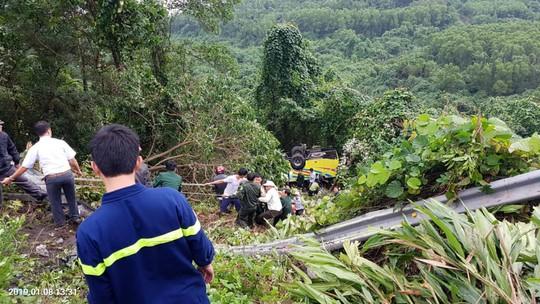 Xe khách rơi xuống vực đèo Hải Vân, hơn 20 giáo viên và sinh viên bị thương - Ảnh 3.