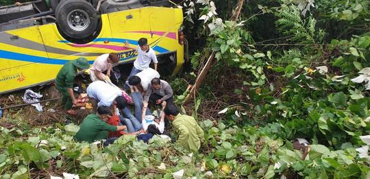 Xe khách rơi xuống vực đèo Hải Vân, hơn 20 giáo viên và sinh viên bị thương - Ảnh 4.