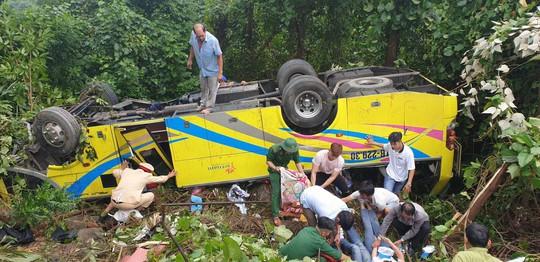 Xe khách rơi xuống vực đèo Hải Vân, hơn 20 giáo viên và sinh viên bị thương - Ảnh 1.