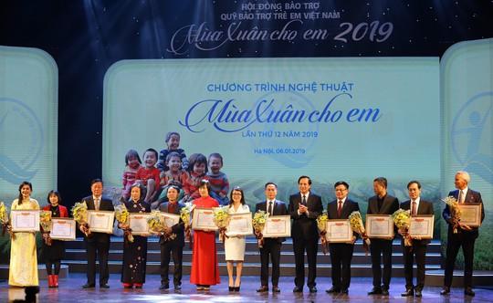 HDBank trao 1.000 suất học bổng cho trẻ em - Ảnh 2.