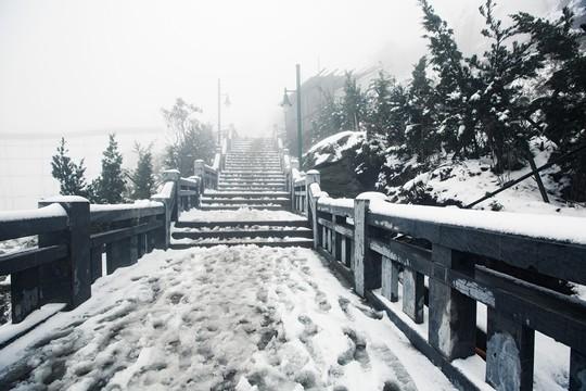Thác mây, suối băng và nhiều điều kỳ thú chưa biết về Fansipan trong mùa đông - Ảnh 1.