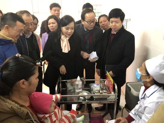 Bộ trưởng Nguyễn Thị Kim Tiến chất vấn cán bộ tiêm chủng trước khi tiêm ComBE FIVE - Ảnh 1.