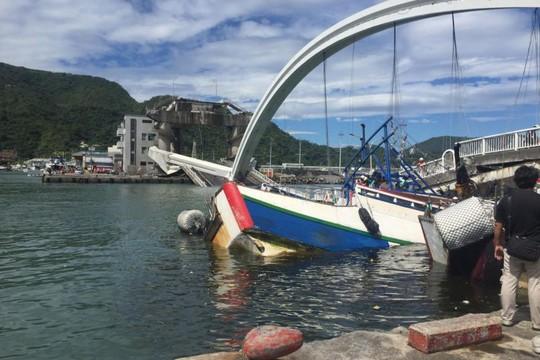 Đài Loan: Cầu vòm lớn sập xuống cảng cá có người Việt Nam làm việc - Ảnh 1.