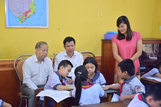 Chủ tịch tỉnh Thừa Thiên- Huế bất ngờ vào dự giờ lớp học - Ảnh 2.