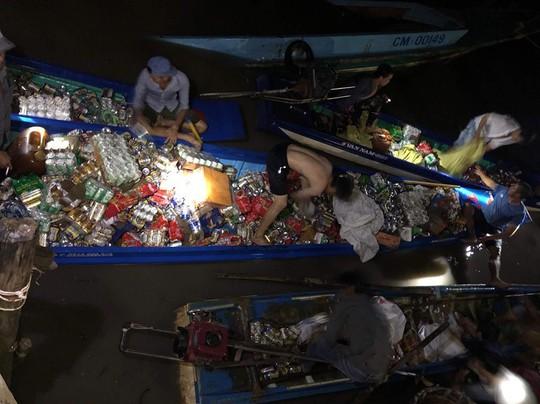 Không hôi của, 30 người dân lao mình xuống sông cứu hàng hóa trên tàu đang chìm - Ảnh 1.
