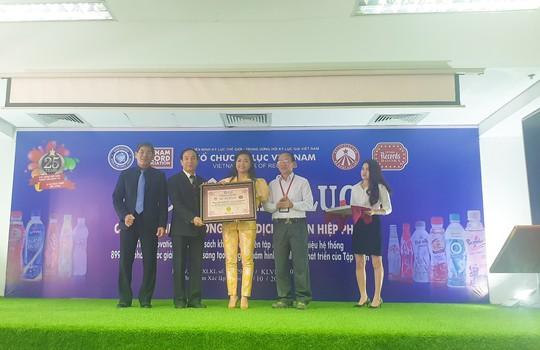 Quyển sách chứa ngân hàng sản phẩm nước giải khát đạt kỷ lục Việt Nam - Ảnh 2.