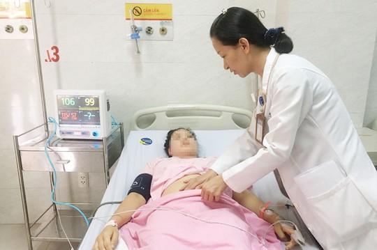 Người phụ nữ trẻ chảy máu ngàn cân treo sợi tóc - Ảnh 1.