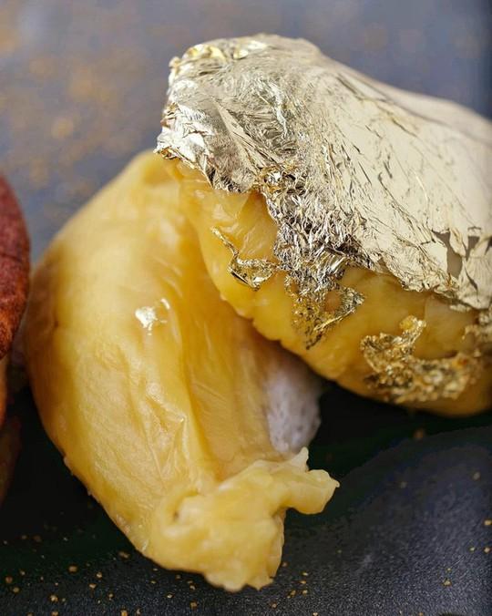 Món sầu riêng dát vàng 24k sang chảnh bậc nhất Singapore - Ảnh 2.