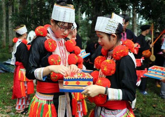Bí quyết đưa thuật trang trí trên trang phục truyền thống của người Dao đỏ thành di sản quốc gia - Ảnh 3.