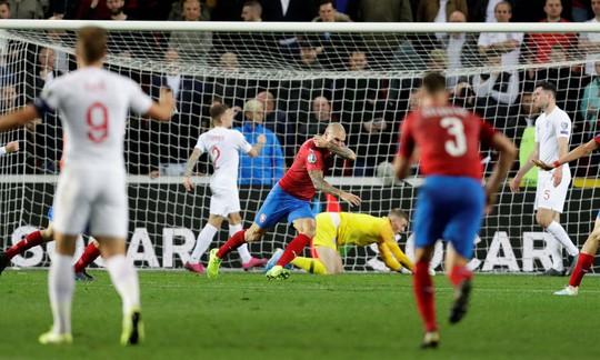 Euro 2020: Tuyển Anh rơi xuống mặt đất! - Ảnh 1.