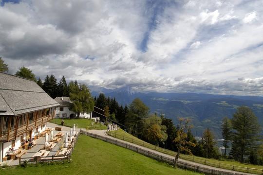 5 khách sạn biệt lập trên núi thu hút khách du lịch - Ảnh 10.