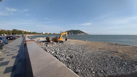Dự án lấn biển làm thủy cung ở Vũng Tàu: Tỉnh nói ngưng, công trình vẫn thi công! - Ảnh 1.