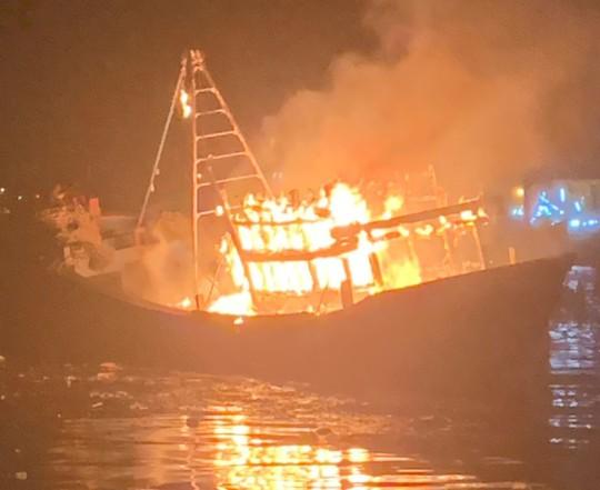Sau tiếng nổ lớn, tàu cá hàng tỉ đồng bốc cháy ngùn ngụt trong đêm - Ảnh 1.