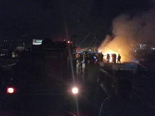 Sau tiếng nổ lớn, tàu cá hàng tỉ đồng bốc cháy ngùn ngụt trong đêm - Ảnh 2.